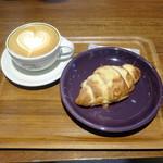 ネイバーフッド アンド コーヒー - カフェラテ580円+税、アーモンドクロワッサン350円+税