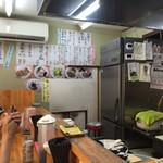 昭和歌謡ショー - 店内は5席のカウンター。壁に達筆のメニュー。