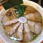 昭和歌謡ショー - 中華そチャーシュー麺。 チャーシューは薄切りながらた7枚ほどで丼を覆います。