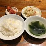 縁 - ごはん、スープ、キムチ、サラダ