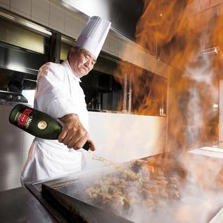 ランチタイムは鉄板焼カウンターで焼き立てサイコロステーキ