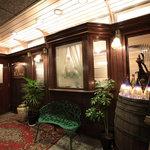 ラ・シャンス - 趣きある正面玄関、扉をくぐると・・・懐かしさを覚えるクラシックなインテリアです