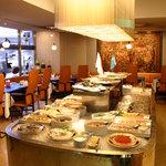 レストラン ストックホルム - スモーガスボードはホールの真ん中に