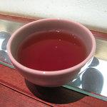 丸秀 - 冷たいお茶を頂きながら、