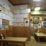 元祖大東ソバ - 店内には色紙がたくさん。個人的にはこういうのは好きではないのですが...