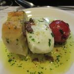 54015570 - 左からパン、水牛のモッツァレラチーズ、トマトの串焼、熱々のバーニャカウダソース掛け