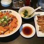 北京本店 - 北京飯(台湾ミンチのせ)+焼き餃子