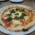 すみたのだいどころ kerasse - トマトとモッツアレラのピザ に、摘みたてのバジルをのせて。