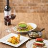 モスクラシック - 料理写真:ワインとハンバーガーが楽しめるフルサービスレストラン