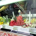 Gelateria ViTO - 小さな店舗ですが、ジェラートのショーケースがとってもキレイで華やかさ満開です。