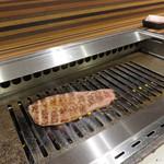 赤身焼肉USHIO - 焼くのはセルフです。