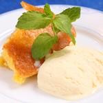 レストラン ストックホルム - リンゴとアーモンドの焼き菓子 バニラアイス添え