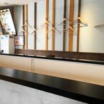 北海道らーめん奥原流 久楽 - 店内はコの字型のカウンター席がメインですが、テーブル席も2卓ほどあります。