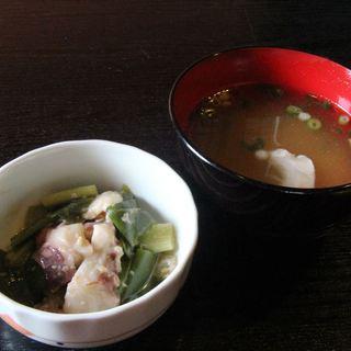 定食の小鉢と味噌汁