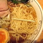 神田 勝本 - 麺は細麺、低加水。
