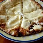 ニュー バンチャ - 料理写真:クリームチーズナン。チーズが白い