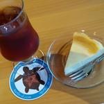 54266996 - 4種のベリーのアイスティーとチーズケーキ