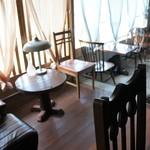 慈雨 - 奥のテーブル席から見た、窓際の2人掛けテーブル席たち(2016.8.1)