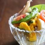 慈雨 - 「慈雨」のこだわりがこのサラダです、生野菜、ピクルス、酢漬け、シリシリ、和え物の野菜の種類とボリュームが凄く、彩の美しい逸品です(2016.8.1)