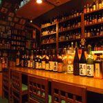 東京焼酎&梅酒bar GEN&MATERIAL - カウンター席でしっぽり飲むもよし