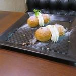 祇をん ひつじカフェ - さくさく和三盆シュー ハーフ&ハーフ皿(プレーンカスタード、期間限定 白桃クリーム)1