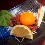 清香園 - レアステーキの細切り肉ユッケ風