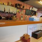 馬鹿盛ぽんぽこ - 常連さんで賑わう店内はカウンターと小上がりと言った感じのお店、私は一人だったんでカウンターを使わせていただいて食事です。