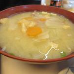 馬鹿盛ぽんぽこ - 根菜をたっぷり使ったお味噌汁も特大、これにはちょっとビックリです。