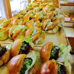 青柳ベーカリー&アンジェリーヌ - 人気の惣菜パン各種。