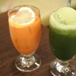 54383914 - 健康野菜ジュース@400と抹茶ソーダフロート@500