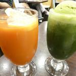 54389432 - 健康野菜ジュースと抹茶ソーダフロート