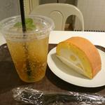 ボン ヴィヴァン ベイキングファクトリー 渋谷公園通り店 - ドリンク&ロールケーキ