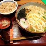 杵屋 - 源平うどんとかやくご飯のセット(玉子つぶしてます)