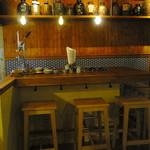 沖縄炉端 ゆうなみ - このスペースは対面なので7~8名程度の飲み会に使えそう