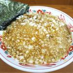 54429771 - 201608 豚骨や煮干し、鰹節などの出汁の味わいがしっかり出ていて塩気と甘み、旨味のバランスの良いスープ