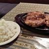 ア.ストラーザ - 料理写真:チキンソテー750グラム醤油味(1290円)+ご飯大盛り(100円)です。