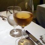パネ・エ・ヴィーノ - ほんのり 茶色がかったデザートワインのような甘い香りで 後から樽臭がして味はすっきり辛め