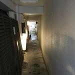 54497477 - 画像④  半地下を下りた先の通路('16/08/06)