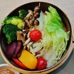 54511670 - 『蒸し野菜』は、キャベツ、しめじ、ミニトマト、パプリカ(赤、黄)、                       ブロッコリー、マイタケ、赤かぶを、せいろ(蒸籠)で蒸したもの~~!!(〃 ̄∇ ̄)ノ