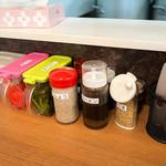 なおちゃんラーメン - 卓上の調味料。ズラリと並んでいます。