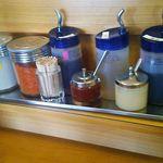 たかばしラーメン - 中くらいまで食べたら、味の変化を求めて辛み調味料も使います。