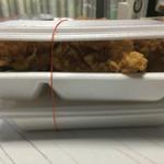 三六弁当 - 唐揚げ弁当を横から 蓋が閉じられないほどのボリュームです