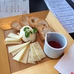 くつろぎの邸宅 ともる - 蔵王チーズの盛り合わせと仙台麩