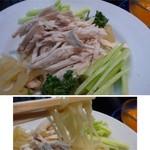 華都飯店 - *冷麺には「蒸し鶏」「クラゲ」「胡瓜」が盛られ、麺はコシのある中華麺。