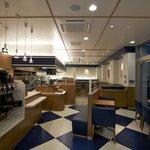 スイーツリングカフェ - 入口付近は爽やかな青と白のデザイン