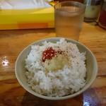 武蔵家 - 「武蔵家 大井町店」平成28年8月8日(日)再訪問 普通盛りの無料ライス。いつもこのようにカスタマイズして食べますw