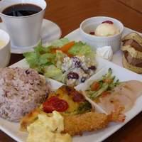 スイーツリングカフェ - レディースランチ(要予約)は、メイン2品・カルパッチョ・デリ惣菜・サラダ・スープ・デザート・ドリンクが付いて1450円。男性のご注文もOKです。