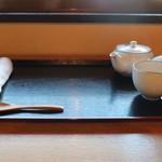 祇園きなな - おしぼり・温かいほうじ茶のサービス