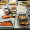 みどり食堂 - 料理写真:煮魚、焼き魚が並ぶテーブル(2016.8.10)