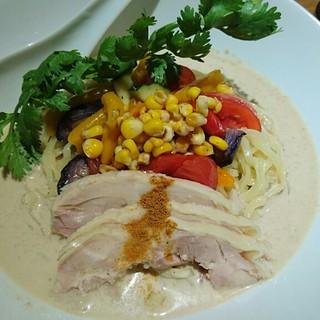 生粋 花のれん - 料理写真:大山鶏と夏野菜のアジアン冷やし麺 980円